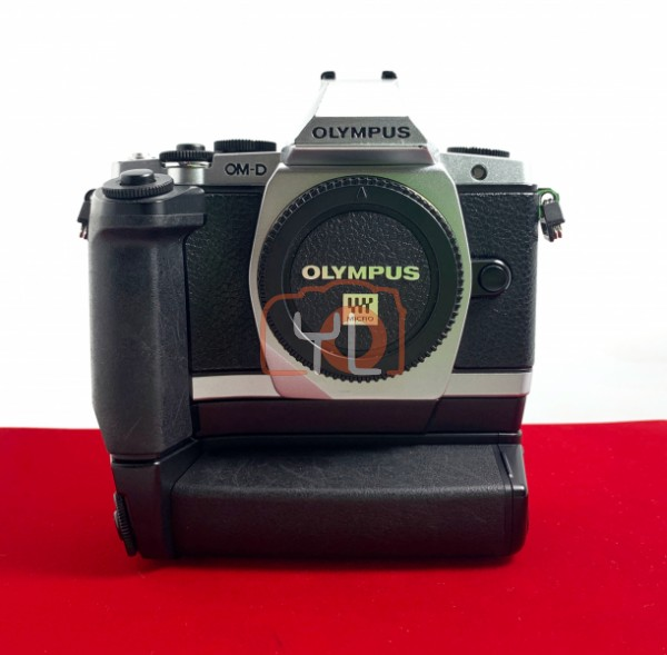 [USED @ YL LOW YAT]-Olympus E-M5 Body (Silver) + HLD 6 Battery Grip, 80% Like New Condition (S/N:BF5502052)