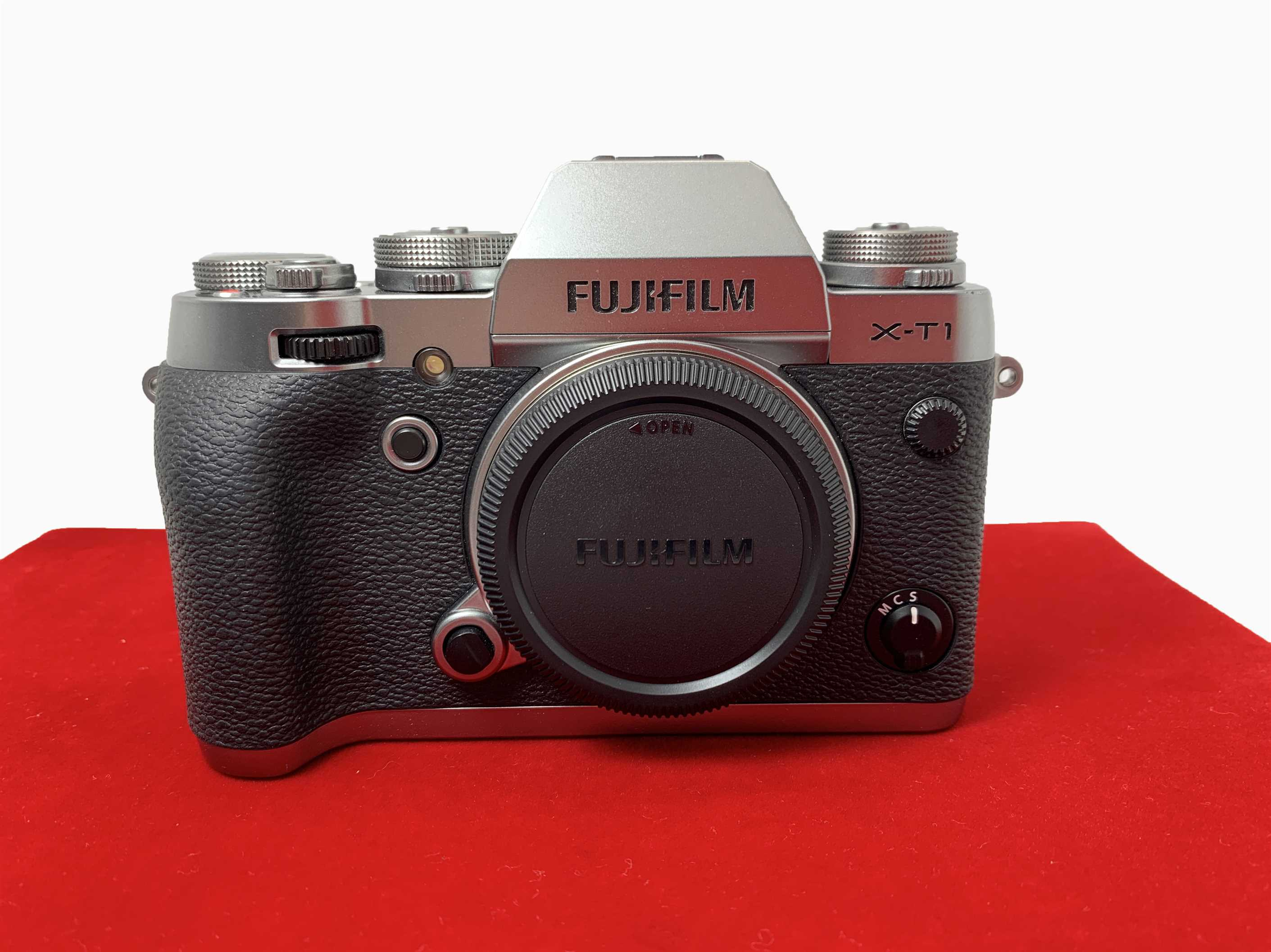 [USED-PJ33] Fujifilm XT-1 Camera Body (Graphite), 90% Like New Condition (S/N 51M00555)