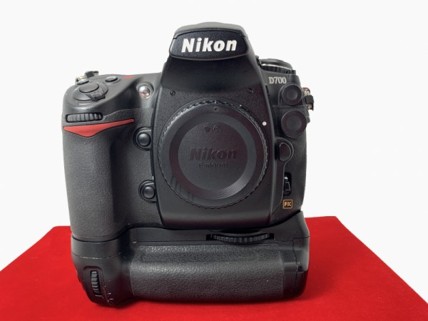 [USED-PJ33] Nikon D700 Body + MB-D10 Battery Grip (SC:44K),85% Like New Condition (S/N:2024375)