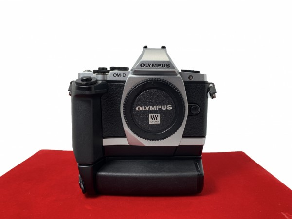 [USED-PJ33] Olympus E-M5 Body (Silver) + HLD 6 Battery Grip, 85% Like New Condition (S/N:BF5509544)