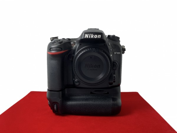 [USED-PJ33] Nikon D7100 Body (SC:15K) + 3rd Party Battery Grip , 80% Like New Condition (S/N:6110250)